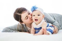 Glückliche Familie Mutter und Baby, die unter einer Decke spielen und lächeln lizenzfreie stockbilder