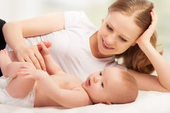 Glückliche Familie. Mutter- und Schätzchenreste Lizenzfreie Stockbilder