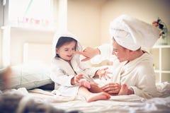 Glückliche Familie Mutter und Tochter lizenzfreie stockfotografie