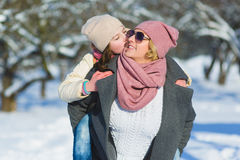 Glückliche Familie Mutter und Tochter auf einem Winter gehen in Natur lizenzfreie stockbilder