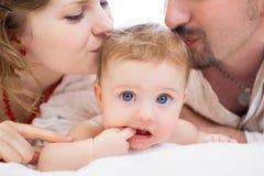 Glückliche Familie, Mutter, Vater aand kleines Baby Lizenzfreie Stockfotos
