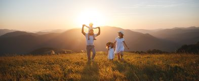 Glückliche Familie: Mutter, Vater, Kinder Sohn und Tochter auf sunse lizenzfreie stockfotos