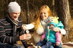 Glückliche Familie, Mutter, Vater und Tochter auf der Natur Stockfotografie