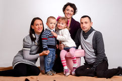 Glückliche Familie Mutterfrauen und Kinder kleines Mädchen und Jungen sittin stockbilder