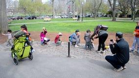 Glückliche Familie nahe der Skulptur von Enten, machen Weise für Entlein, Boston, stock video