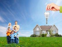Glückliche Familie nahe neuem Haus. stockfotografie