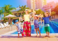 Glückliche Familie nahe Pool lizenzfreies stockfoto