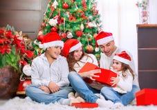 Glückliche Familie nahe Weihnachtsbaum Stockbild