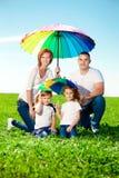 Glückliche Familie Park im im Freien am sonnigen Tag. Mutter, Vati und dau zwei lizenzfreie stockbilder