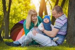 Glückliche Familie plaing im Park Stockbilder