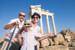 Glückliche Familie selfie Reise-Fotosaatbestellung für Anteil an Sozialne stockfotografie