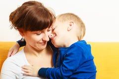 Glückliche Familie Sohnjunge, der seine Mutter umarmt Liebe Stockfoto