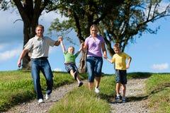 Glückliche Familie am Sommer stockfoto