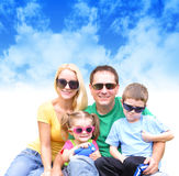 Glückliche Familie am Sommer mit Wolken Stockbild