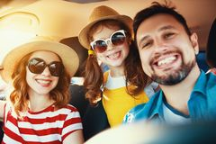 Glückliche Familie Sommerin der selbstreisereise mit dem Auto auf Strand stockfoto