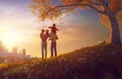 Glückliche Familie am Sonnenuntergang Lizenzfreies Stockfoto