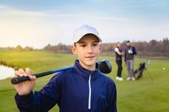 Glückliche Familie spielt Golf im Herbst lizenzfreies stockbild