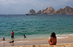 Glückliche Familie am Strand Stockfotografie