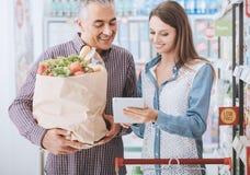 Glückliche Familie am Supermarkt lizenzfreie stockfotografie