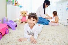 Glückliche Familie Tochterlächeln lizenzfreie stockbilder