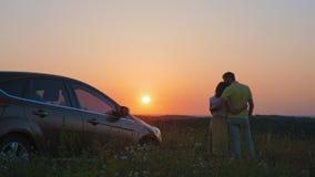 Glückliche Familie trifft Sonnenaufgang stock video footage