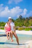 Glückliche Familie am tropischen Strand, der Spaß hat Stockfotos