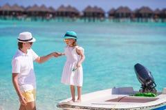 Glückliche Familie am tropischen Strand, der Spaß hat Stockbild