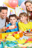 Glückliche Familie und Geburtstag Stockbild