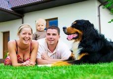 Glückliche Familie und Haus Stockbild