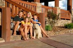 Glückliche Familie und Haustier Stockbilder