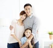 Glückliche Familie und Kind, die Spaß zusammen hat stockfotografie