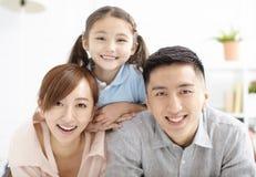 Glückliche Familie und Kind, die Spaß zusammen hat stockfotos