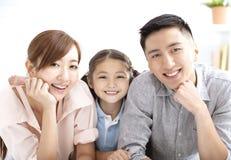 Glückliche Familie und Kind, die Spaß zusammen hat lizenzfreies stockbild