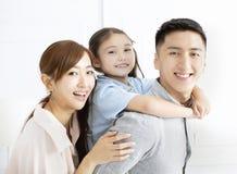 Glückliche Familie und Kind, die Spaß zusammen hat stockfoto