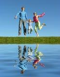 Glückliche Familie und Wasser der Fliege stockfotografie