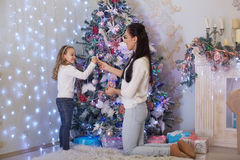 Glückliche Familie und Weihnachtsbaum Stockfoto