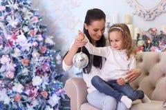 Glückliche Familie und Weihnachtsbaum Lizenzfreies Stockfoto