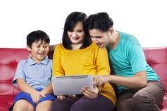 Glückliche Familie unter Verwendung der digitalen Tablette lizenzfreie stockfotos