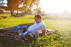 Glückliche Familie, Vati und Sohn, die am Abend bei Sonnenuntergang stillsteht Lizenzfreie Stockfotografie