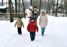 Glückliche Familie von fünf Leuten haben Weg togeather Lizenzfreie Stockbilder