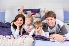 Glückliche Familie von vier Spaß habend zu Hause Lizenzfreies Stockbild