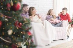 Glückliche Familie während Weihnachten lizenzfreie stockfotos