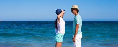 Glückliche Familie am weißen Strand während tropischen Lizenzfreie Stockbilder