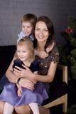 Glückliche Familie am Weihnachtsbaum Lizenzfreies Stockbild