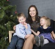 Glückliche Familie am Weihnachtsbaum Stockfoto