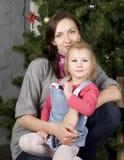 Glückliche Familie am Weihnachtsbaum Lizenzfreie Stockbilder