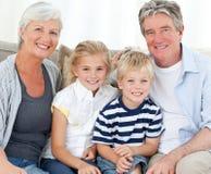 Glückliche Familie, welche die Kamera betrachtet stockfoto