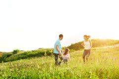 Glückliche Familie, die Spaß draußen hat stockbilder
