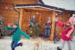 Glückliche Familie in Winterurlaube mit Kindern stockfoto