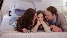 Glückliche Familie zu Hause stock footage